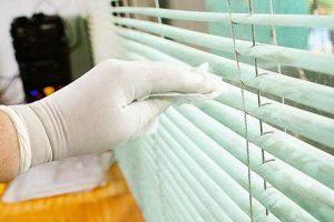 Tips membersihkan tirai vertikal